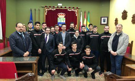 Javier Incera felicita al equipo juvenil masculino del Club Balonmano Colindres por su victoria en el Campeonato de Cantabria